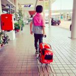 紗栄子さん息子クン愛用『車型キャリーバッグ』が可愛いっ♬