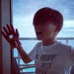 田波涼子さん息子くんが夢中で遊ぶのは、音が出るグローブ[アベンジャーズ手袋]